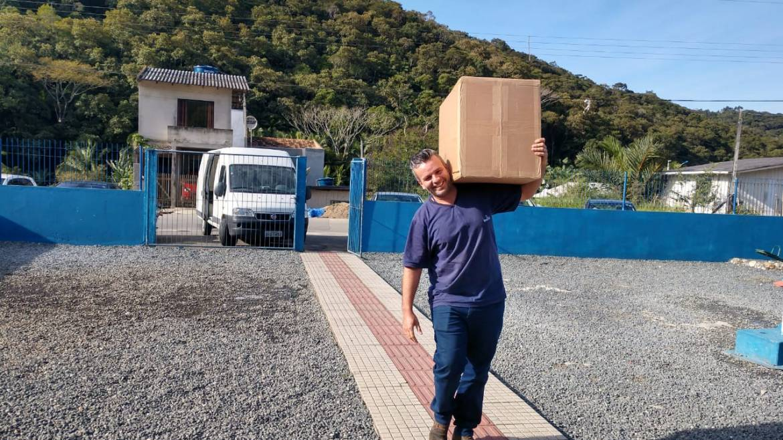 Observatório Social de Itajaí acompanha a entrega dos uniformes escolares de Itajaí