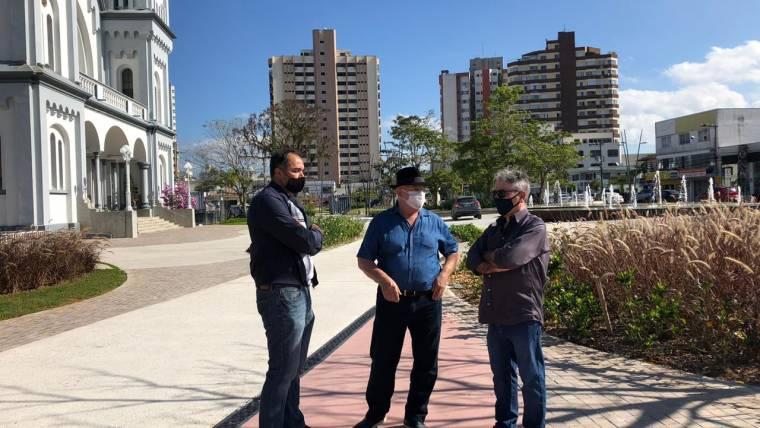 Integrantes do Observatório Social de Itajaí visitam obra do Largo da Matriz